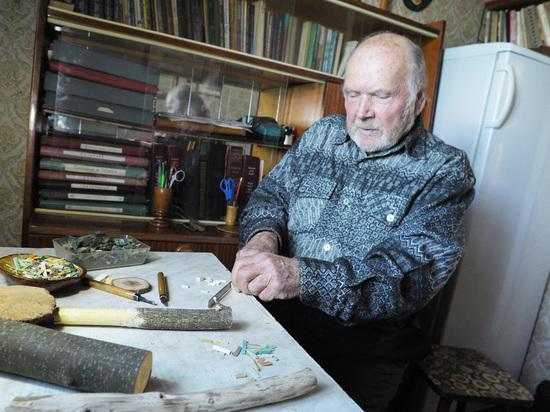 Под Воронежем пенсионер мастерит картины из дерева