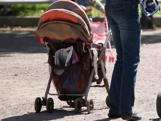 Женщину, бросившую младенца на детской площадке, оштрафовали на 10 тысяч рублей