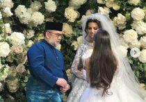 Король Малайзии Мухаммад V Келантан Султан сочетался в Москве браком с обладательницей титула «Мисс Москва» 2015 года Оксаной Воеводиной, об этом сообщает портал Islam News