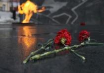 В Нижнем Тагиле разыскивают мальчика, который играя на площади Славы, кидал лед в Вечный огонь