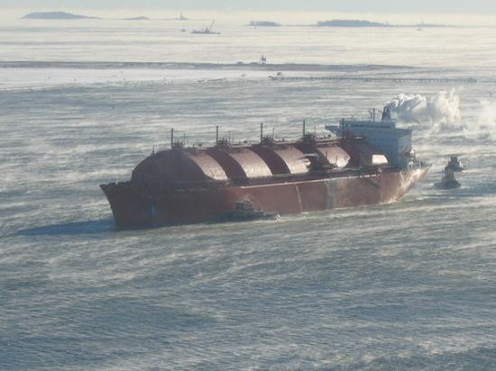 На Сахалине расследуют инцидент с протаранившим причал танкером-газовозом