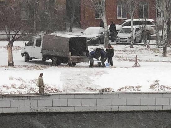 В Астрахани в снег начали укладывать плитку на Красной Набережной
