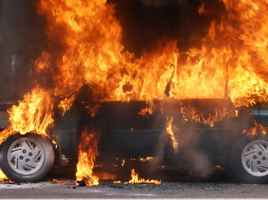 В Чите сгорели пять автомобилей на закрытой стоянке, пока сторож спал