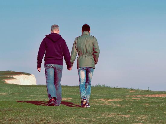 Минздрав объяснил эпидемию ВИЧ в России сексом между мужчинами