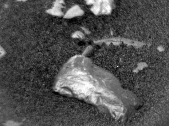 Curiosity нашел на Марсе странный блестящий предмет