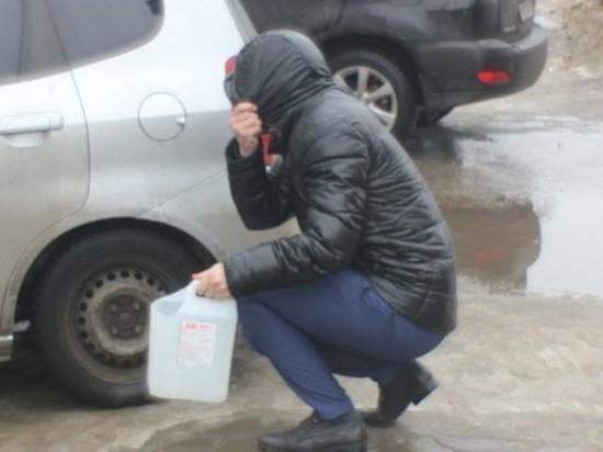 В кузбасском городе группа злоумышленников сливает  из машин бензин