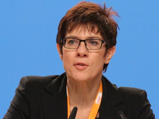 Возможный преемник Меркель высказалась против отказа от