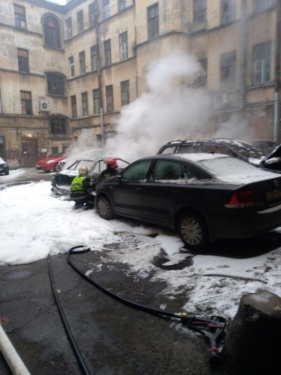 На Петроградке взорвались два автомобиля