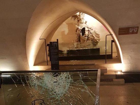 «Желтые жилеты» во Франции разгромили музей в центре Парижа