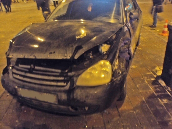 "В центре Тамбова ""Лада"" после ДТП вылетела на тротуар и сбила пешехода"