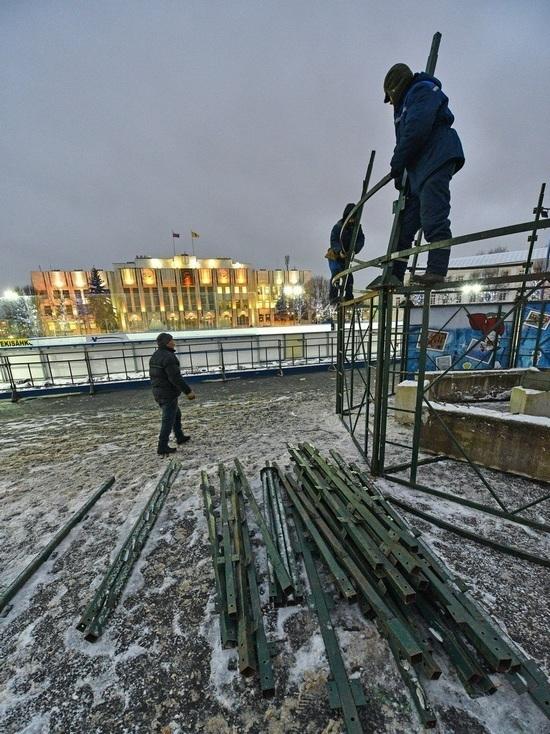 В Ярославле началась установка главной елки на Советской площади
