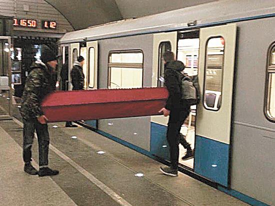 Пассажиры объяснили, почему перевозили гроб в московском метро