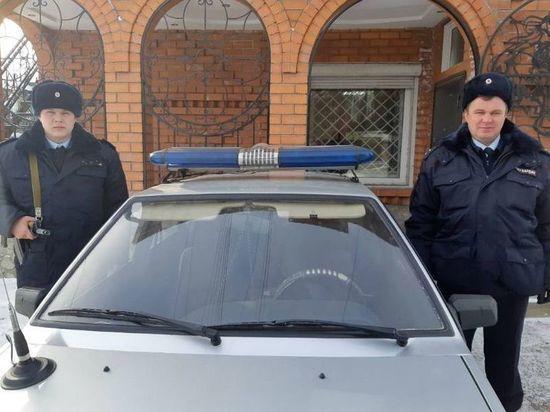 В Забайкалье два росгвардейца спасли семью с детьми из объятого пламенем дома