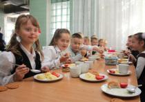 В школьных и детсадовских столовых Петербурга нашли просрочку и грязь