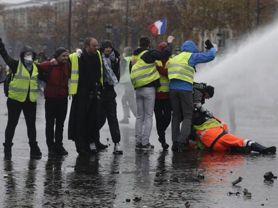 Побил полицейского его же дубинкой: Париж не Болотная