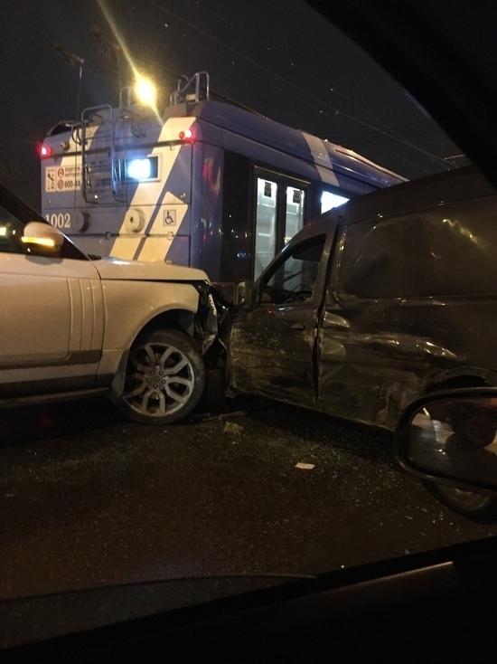 В Петербурге две иномарки столкнулись с троллейбусом