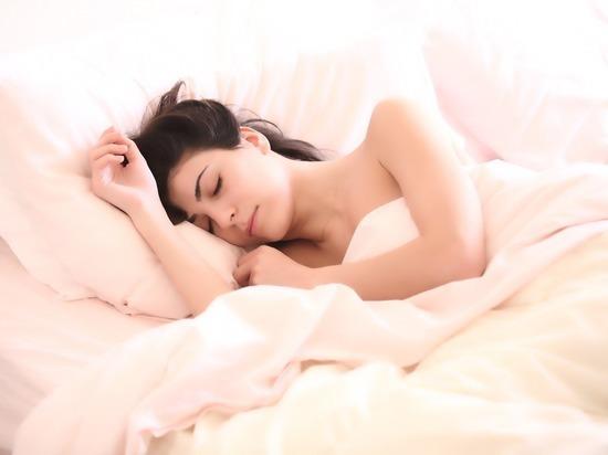 Кардиологи назвали оптимальную продолжительность сна