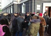 Очередная сессия Народного Хурала 4 декабря проходила под протесты митингующих на крыльце республиканского парламента и резиденции главы региона