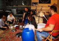 Нижегородские музыканты играют на выброшенных предметах