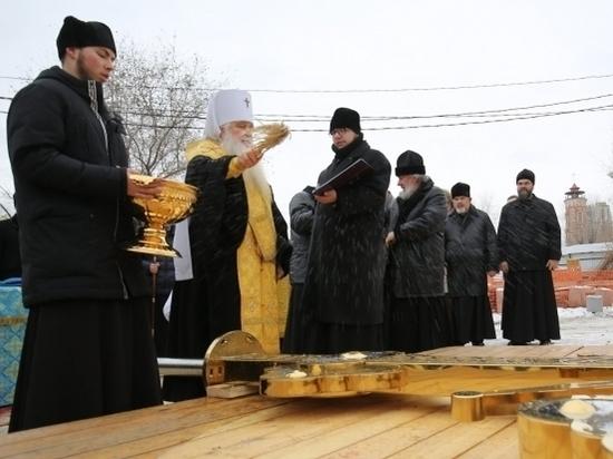 Колокольня собора Александра Невского увенчана куполом с крестом