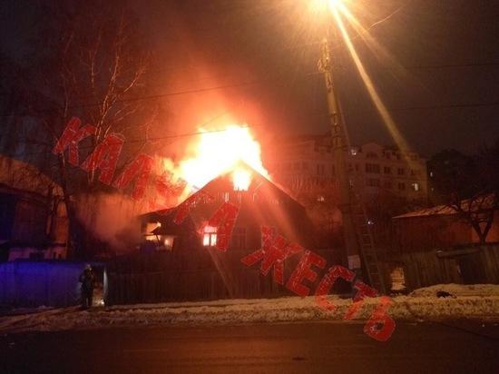 Два человека отравились угарным газом на пожаре в Калуге