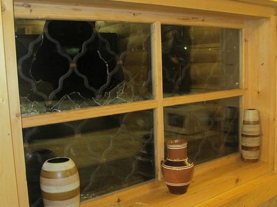 В Ильинском храме и колокольне при нем в Петрозаводске молодой мужчина разбил окна