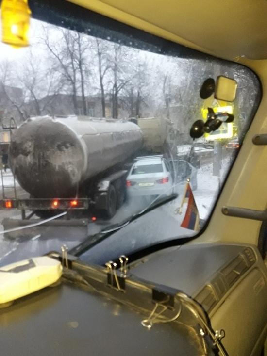 Хотел проскочить: в Иваново автоцистерна «прижала» иномарку