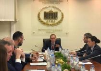 Депутат Луговой призвал выбирать учебники при включенном свете