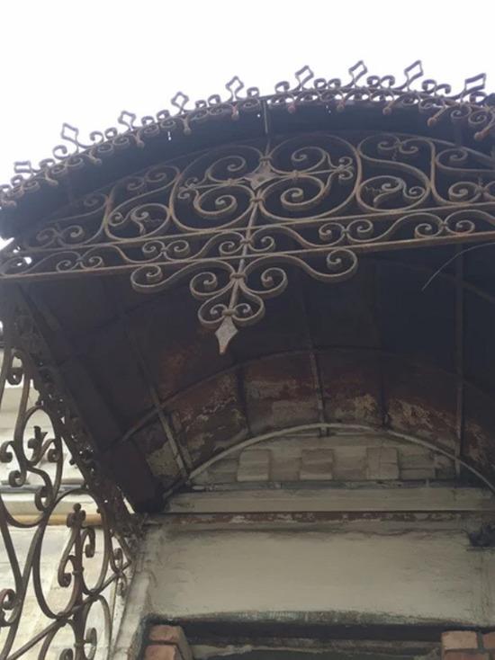 Козырек старинного здания продают в Краснодаре