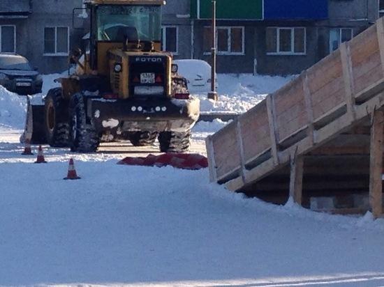 7-летняя девочка скатилась с горки и попала под трактор в Междуреченске