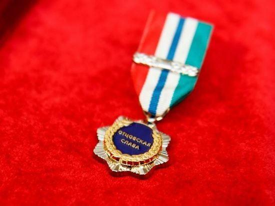 В Новосибирске многодетных отцов-одиночек наградили знаками отличия