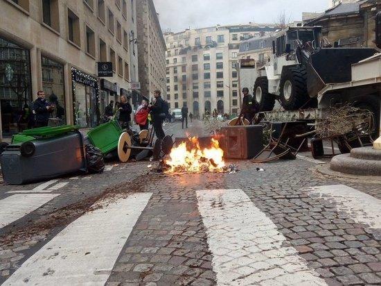 Протестующие в Париже соорудили баррикады