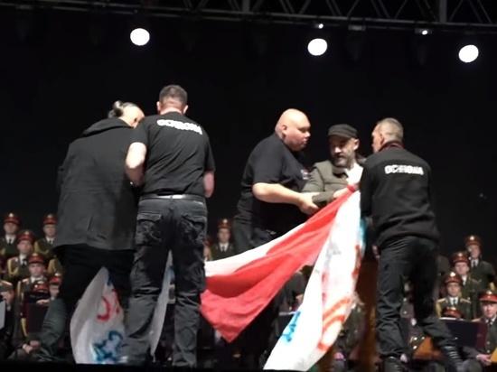 Проукраинские активисты атаковали Ансамбль им. Александрова в Польше