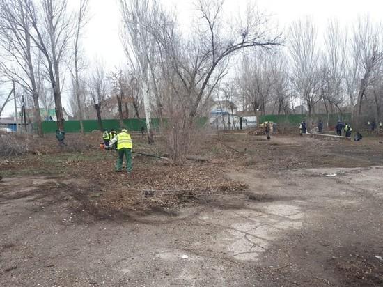 В Астрахани один из парков начали приводить в порядок