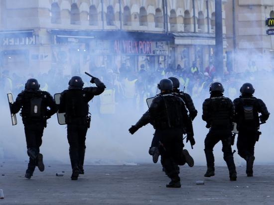 Франция в огне: эксперт рассказал, чем грозят Макрону массовые протесты