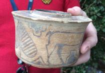 Житель Великобритании Карл Мартин выяснил, что горшок, купленный им почти за бесценок на распродаже, представляет собой артефакт, созданный почти четыре тысячелетия назад
