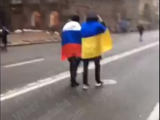 По центру Киева прошлись активисты с российским и украинским флагом