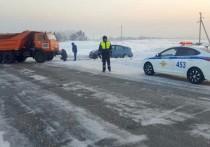 Машину кузбасского пенсионера вытаскивали из сугроба КАМАЗом