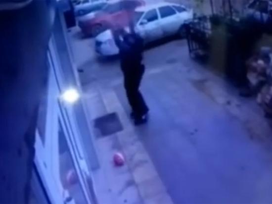 В Махачкале прохожие поймали выпавшую из окна девочку