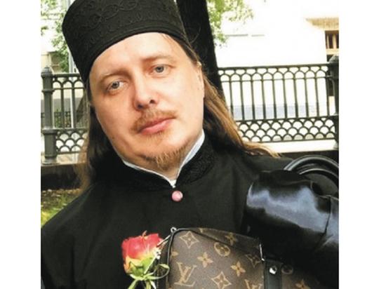 Священник, рядившийся в Gucci, работает при кожвендиспансере