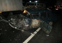 В Ярославской области «ВАЗ» влетел под грузовую фуру, есть погибшие