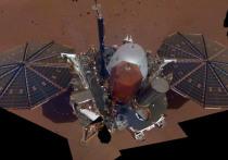 Космический аппарат InSight, совершивший посадку на Марс в прошлом месяце, прислал на Землю первое селфи — снимок, на котором зонд можно разглядеть практически полностью