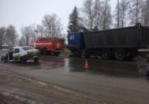 На трассе Ярославль-Рыбинск столкнулись «Рено» и «МАЗ», есть пострадавшие