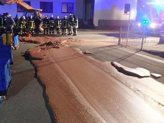 В Германии из-за аварии на улицу вытекла тонна шоколада