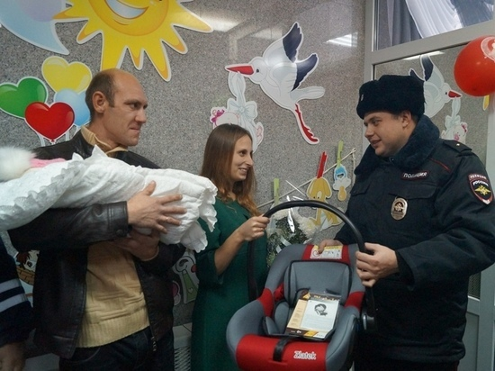 Жительница Кубани родила в авто, который полицейские сопровождали в роддом