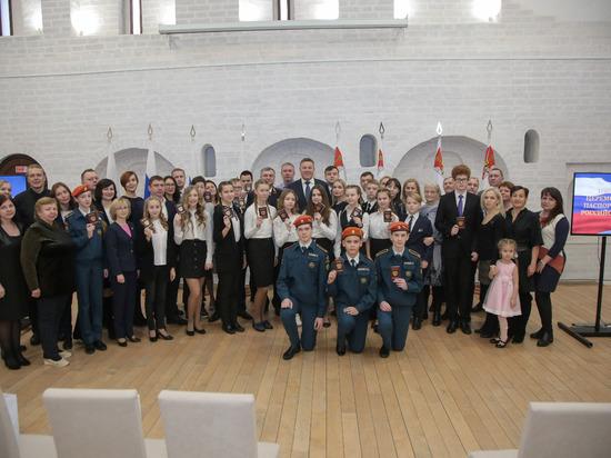 Губернатор Вологодской области вручил российские паспорта вернувшимся на историческую Родину