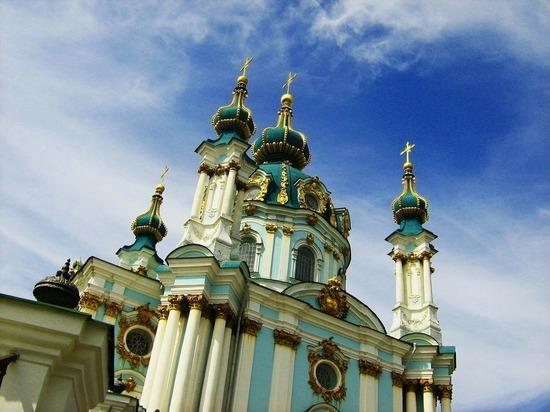 Первая архиерейская служба Вселенского Патриархата в Киеве огорчила националистов языком