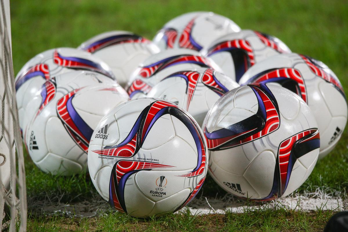 Что будет если вратарь возьмет мяч в руки от своего
