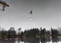 Внимание интернет-пользователей привлёк видеоролик, на котором, как может показаться, человек бежит по небу и отражается в нём, в то время как под ним располагается озеро