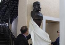 В Саратове одновременно открыли бюсты Столыпину и Моллесону